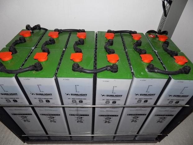 αυτονομο φωτοβολταικο με 2βολτες μπαταρίες